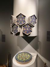 Экспозиция выставки с изразцами из коллекции Фонда Марджани